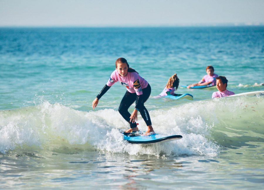Surfer sur les vagues de l'Île de Ré